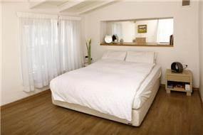חדר שינה בהיר בסגנון כפרי בתכנון זוהר רוזנפלד
