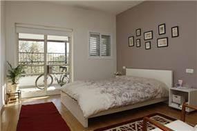 חדר שינה נפתח אל המרפסת בעיצוב ותכנון זוהר רוזנפלד