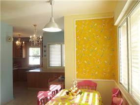 פינת אוכל וינטאז' ששופצה, בשילוב טפט צבעוני ופנלים על הקיר. עיצוב ייחודי ומעניין ע''י MikMik Design - מיקה אלטר.