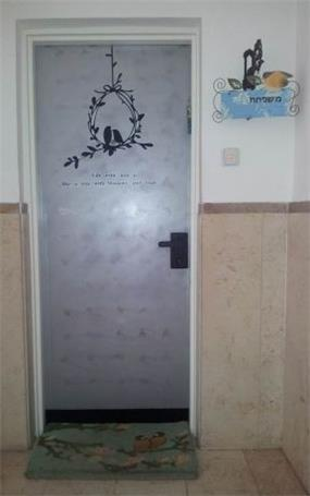 """שדרוג דלת כניסה בבנין מגורים - מדלת ישנה לדלת רעננה וייחודית. עיצוב שונה ומיוחד ע""""י MikMik Design - מיקה אלטר."""