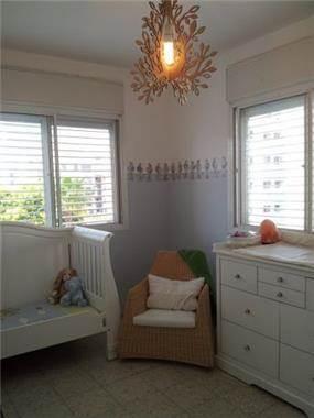 """עיצוב ייחודי לחדר ילדים ותינוקות, הכולל שימוש במדבקות קיר כבורדר. עיצוב חדשני ע""""י MikMik Design - מיקה אלטר."""