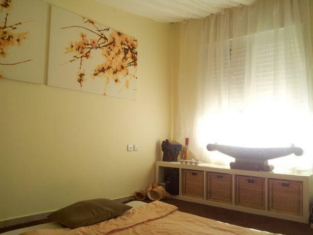 חדר טיפולים באווירה רגועה בשילוב בדים על הקירות והתקרה. MikMik Design - מיקה אלטר