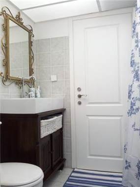 """מראה ושידה עתיקה שהותאמו לחדר אמבטיה עם תקרה מוארת . עיצוב ע""""י MikMik Design - מיקה אלטר"""