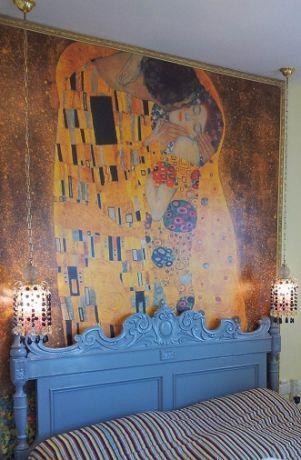 חדר שינה עם מיטה עתיקה, טפט תמונה ותאורת אווירה. עיצוב מרעננן וחדשני ע''י MikMik Design - מיקה אלטר.