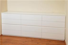 חדר שינה, שילוב ריהוט נקי -שלייף לק לבן עם עם מיטה מעץ אלון