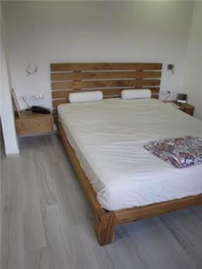 חדר שינה, שילוב מיטה מעץ אלון עם ריהוט נוסף בשלייף לק לבן. לול עיצובים