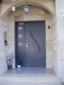 כניסה בבית פרטי בתכנון אדריכלי של יעקב אדרי