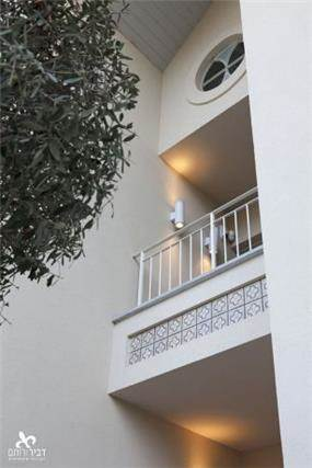 תכנון אדריכלי חדש למבנה ישן- הוספת מרפסות ואלמנטים