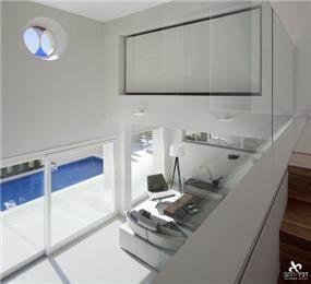 חלל כפול בסלון עם מבטים לקומת החדרים, דביר-רותם Design