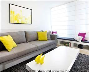 עיצוב מרשים לחדר מגורים בדגש על גווני אפור, צהוב ופוקסיה. סטודיו G&L