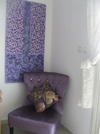 פינה סגולה בסלון במראה מעניין ומיוחד. סיגל מורגן עיצוב פנים ,סטיילינג אישי,הום ופלייס סט