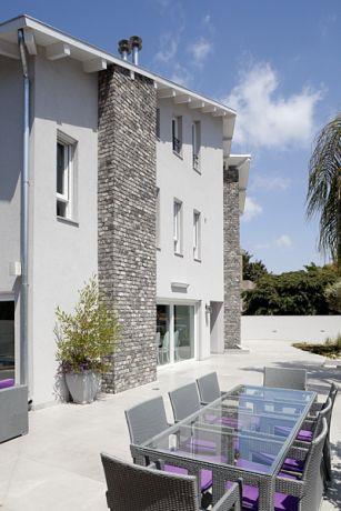 עיצוב גינת בית פרטי הכוללת שולחן אוכל ארוך במיוחד, לאירוח מושלם. HM מושיק חדידה-אדריכלות ועיצוב פנים