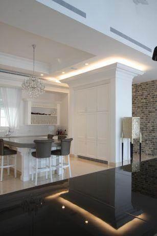 מבט מן הסלון אל המטבח הקלאסי והמרשים, בעיצובו של HM מושיק חדידה-אדריכלות ועיצוב פנים
