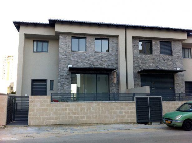 חזית בית פרטי הכולל 2 קומות וחצר גדולה, בסגנון מודרני. HM מושיק חדידה-אדריכלות ועיצוב פנים