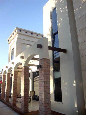 עיצוב מודרני ומעניין לחזית בית, של HM מושיק חדידה-אדריכלות ועיצוב פנים