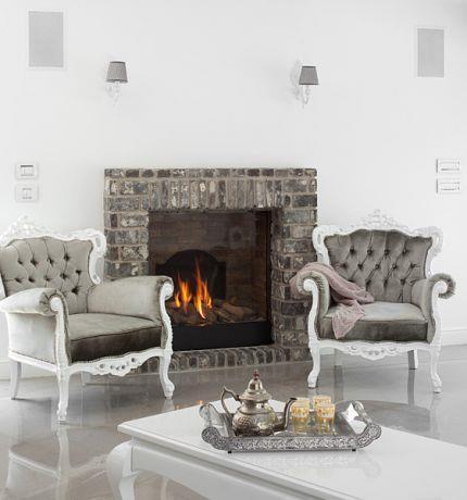 חדר מגורים בסגנון קלאסי בעל ריהוט ייחודי ומעניין, ואח חמימה המקנה אוירה נעימה ומזמינה. HM מושיק חדידה-אדריכלות ועיצוב פנים