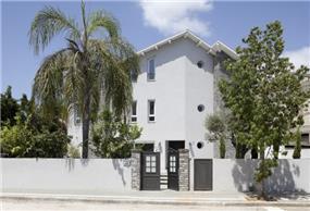 מבט מן אל הרחוב אל חזית הבית המעוצב בסגנון עכשווי ומרשים. HM מושיק חדידה-אדריכלות ועיצוב פנים