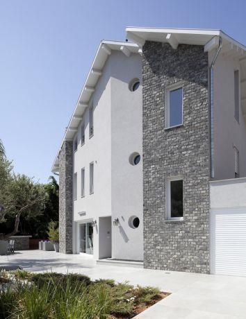 מבט מן הגינה אל חזית הבית, עיצוב מודרני וייחודי. HM מושיק חדידה-אדריכלות ועיצוב פנים