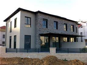 חזית בית בעיצוב מודרני. HM מושיק חדידה-אדריכלות ועיצוב פנים