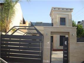 חזית בית בעיצוב מרשים הכולל גם חניה פרטית. HM מושיק חדידה-אדריכלות ועיצוב פנים