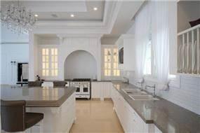 מטבח יוקרתי בעיצוב קלאסי ובגווני לבן וחום. מראה מרשים ומפואר במיוחד. HM מושיק חדידה-אדריכלות ועיצוב פנים