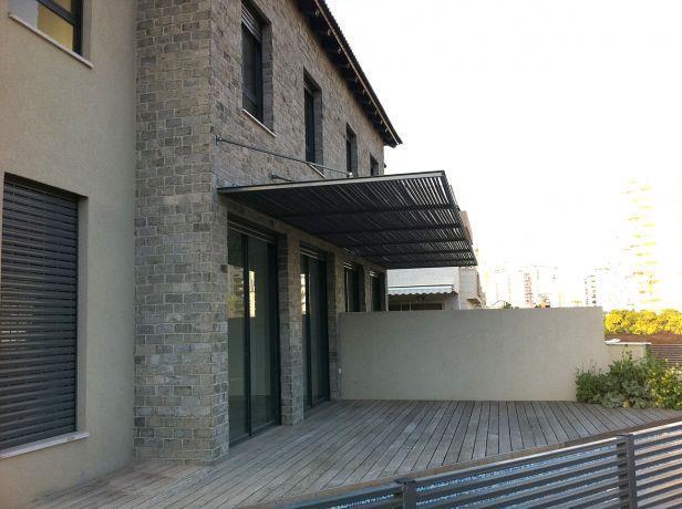 עיצוב מודרני לגינת בית פרטי הכולל דק וגגון. HM מושיק חדידה-אדריכלות ועיצוב פנים