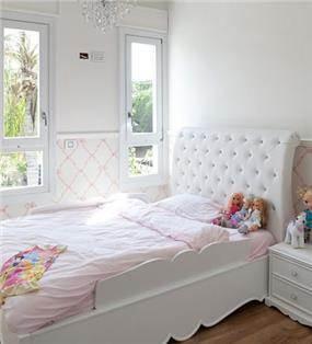 חדר ילדים מרשים בעיצוב קלאסי וייחודי, בגווני לבן וורוד עדינים ומרגיעים. HM מושיק חדידה-אדריכלות ועיצוב פנים