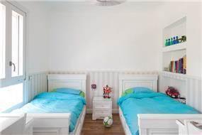 עיצוב חדר ילדים בסגנון מודרני, מראה נקי בגווני לבן ונגיעות צבעוניות קלות. HM מושיק חדידה-אדריכלות ועיצוב פנים