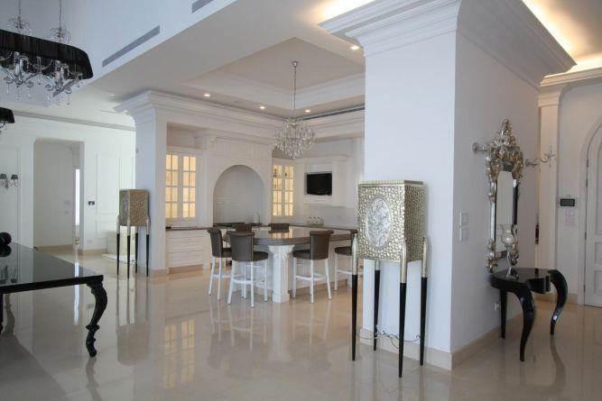 מבואת בית בסגנון קלאסי - יוקרתי ומרשים בעל פריטים וקישוטים מעניינים וייחודיים. HM מושיק חדידה-אדריכלות ועיצוב פנים