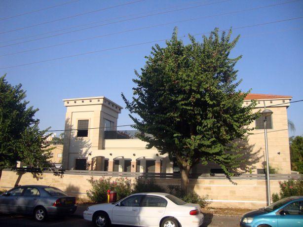 מבט מן הרחוב אל חזית הבית, עיצוב מרשים בסגנון מודרני של HM מושיק חדידה-אדריכלות ועיצוב פנים