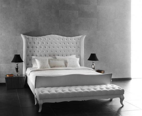מיטה מלכותית בעלת לוח מיטה גבוה ומרופד
