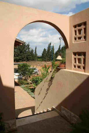 כניסה עם אלמנטי משרביה - אוורור משולב בפרטיות