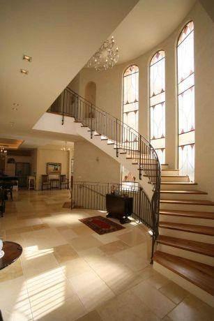 מדרגות בבית בשרון, בעיצוב שירלי דן