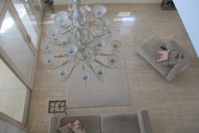 מבט אל הסלון בסביון בעיצוב שירלי דן