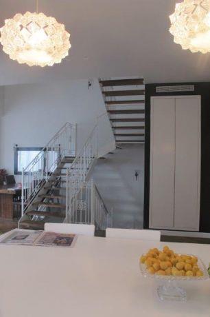 מבט מהמטבח אל המדרגות, שירלי דן