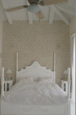 חדר שינה לבן בעיצוב שירלי דן