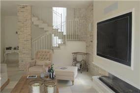 מבט אל הסלון בעיצובה של שירלי דן
