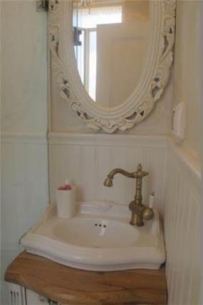 חדר שירותים בבית בשרון, שירלי דן