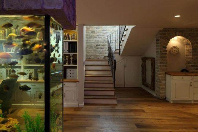 מבט אל המדרגות בעיצוב שירלי דן