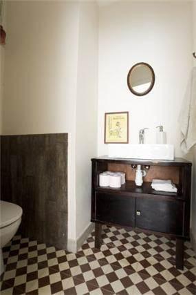 שירותי אורחים, אריחי בטון ושידת טלפון ישנה לכיור. עיצוב - אורלי אביטל