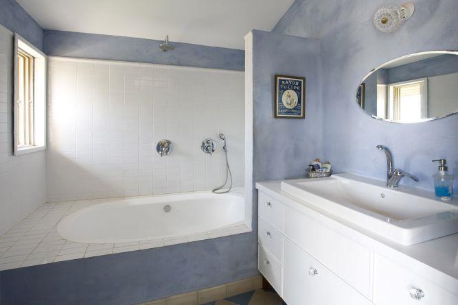 חדר רחצה, שליכט מינרלי, אריחי בטון וקרמיקה לבנה. עיצוב אורלי אביטל