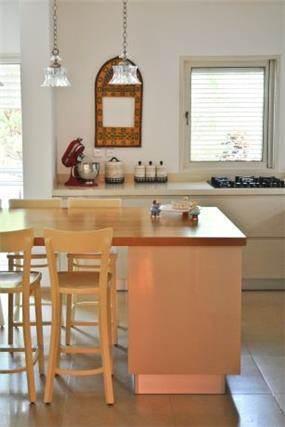 מבט אל מטבח בסגנון מודרני - בעיצוב ליהי שמאי