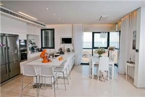 עיצוב מטבח בסגנון מודרני המשלב אי עבודה וישיבה. בעיצוב ליהי שמאי