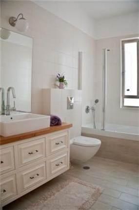 מבט אל אמבטיית ילדים במראה פרובאנס כפרי. בעיצוב ליהי שמאי