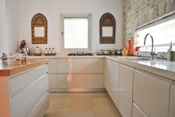 מטבח בסגנון מודרני בשילוב בריקים - בעיצוב ליהי שמאי