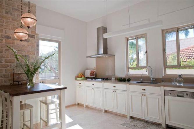 עיצוב מטבח בסגנון פרובנס המשלב אי ישיבה, חמים וביתי. בעיצוב ליהי שמאי.