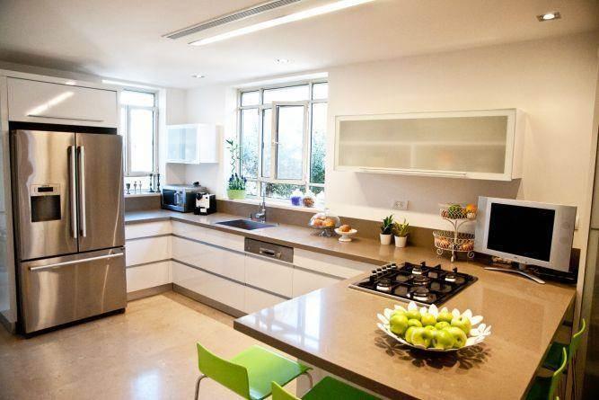 מבט אל מטבח בקווים נקיים סגנון מודרני