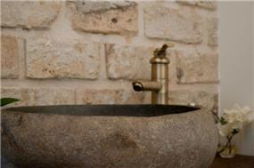 כיור בזלת בשירותי אורחים - עיצוב ליהי שמאי
