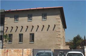 חזית בית פרטי דו קומתי גבוה עם גג רעפים - כץ ברקן סיגל