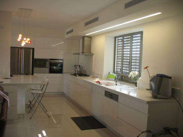 מטבח לבן, צבע בתנור. עיצוב - ענת קדר